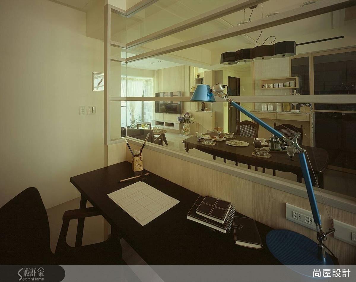 書房與餐廳之間原以實牆相隔,設計師改為木作搭配清玻璃,讓視線能夠穿透無阻。
