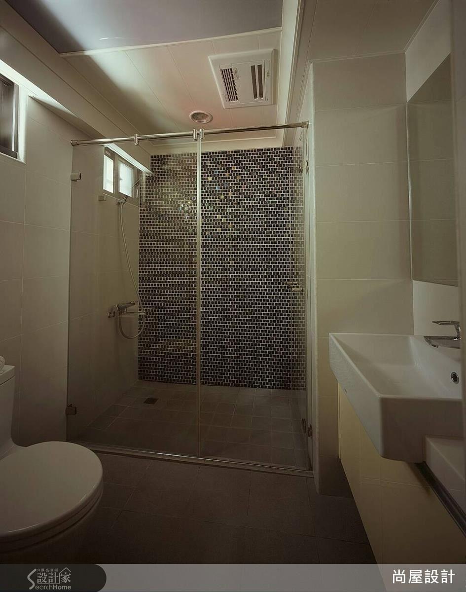 衛浴採取乾濕分離設計,搭配馬賽克磚拼貼,讓衛浴空間變得新穎而開闊。
