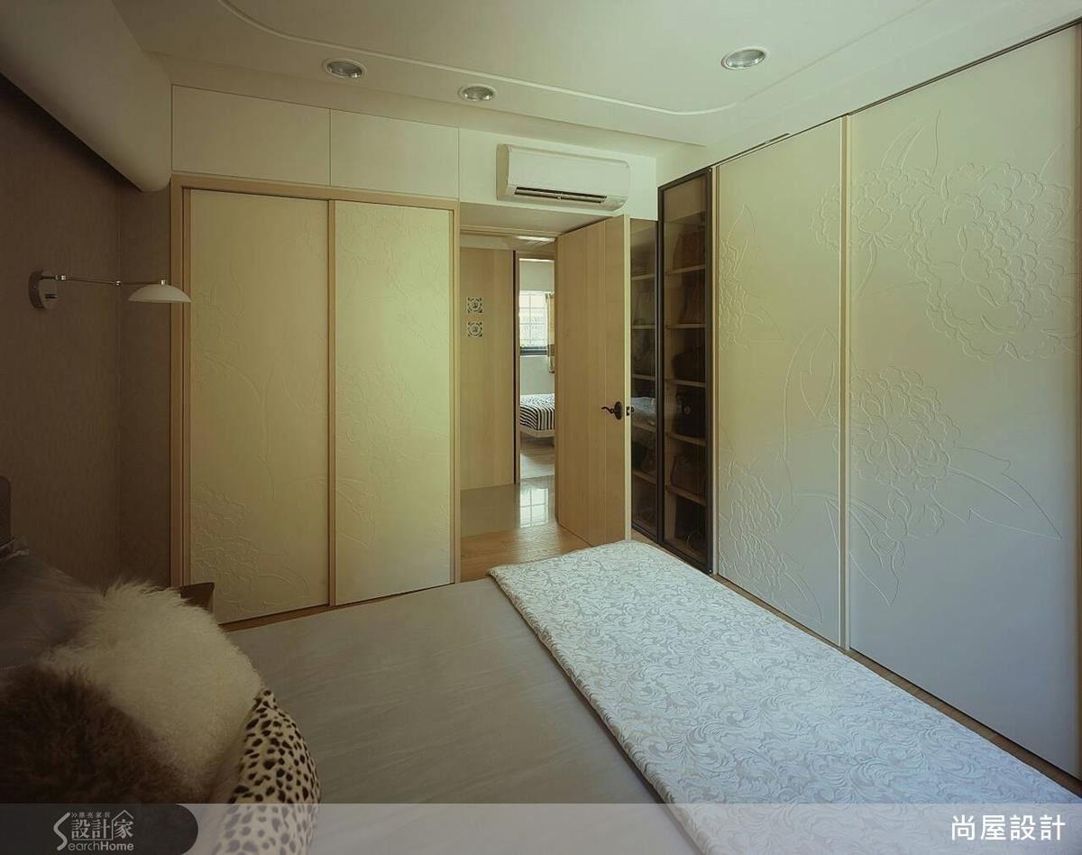 臥室依照屋主需求規劃了充足的收納機能,並且以花卉圖騰精心裝飾衣櫃門片,營造含蓄而典雅的美感。