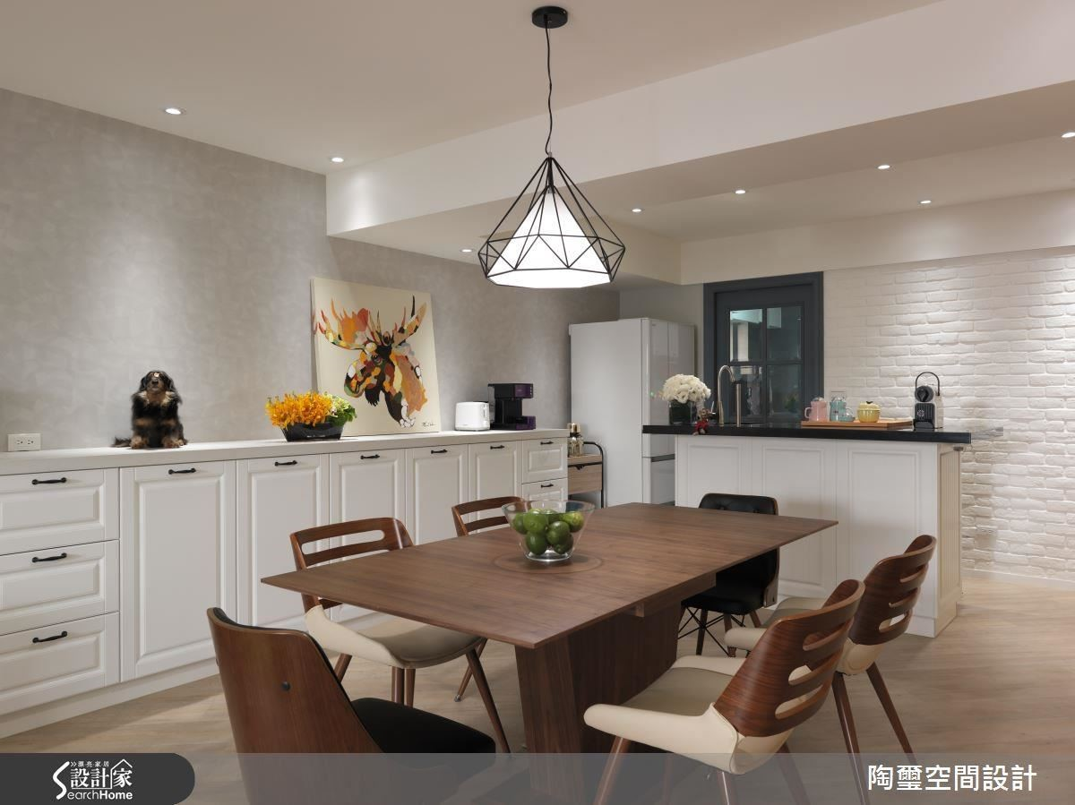 為讓風格更加道位,設計師在餐廳牆面使用文化石墻,更能補強單面採光的弱勢,並進一步利用中島吧台創造空間層次。