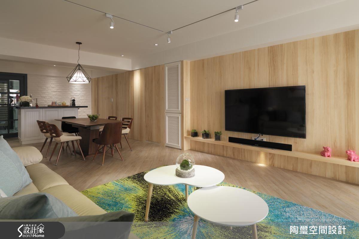 設計師將儲藏室、衛浴及主臥規劃於梧桐木牆面後方,並以溝縫作出隱藏門片的美觀效果。