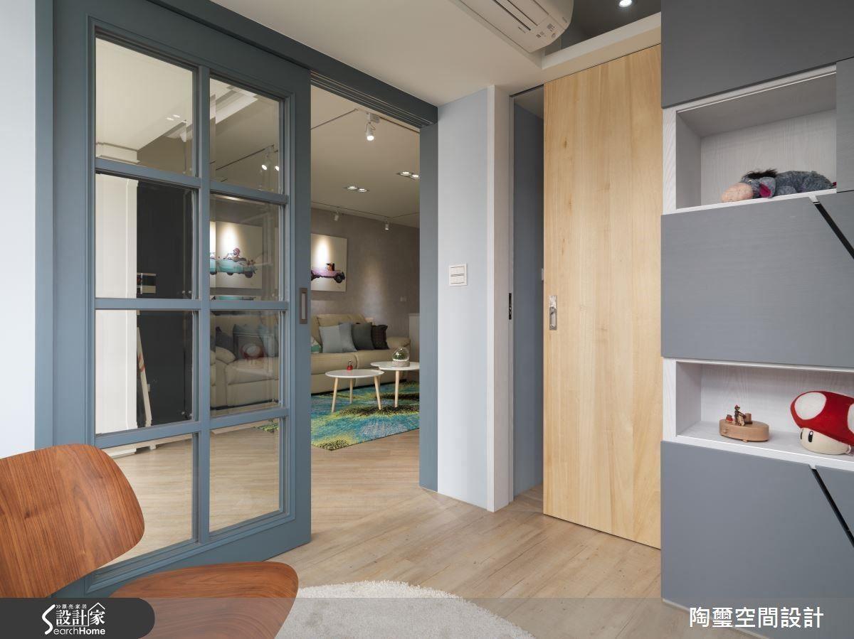 利用灰藍色調遍布閱覽空間,與人寧靜安詳的書房氣息。