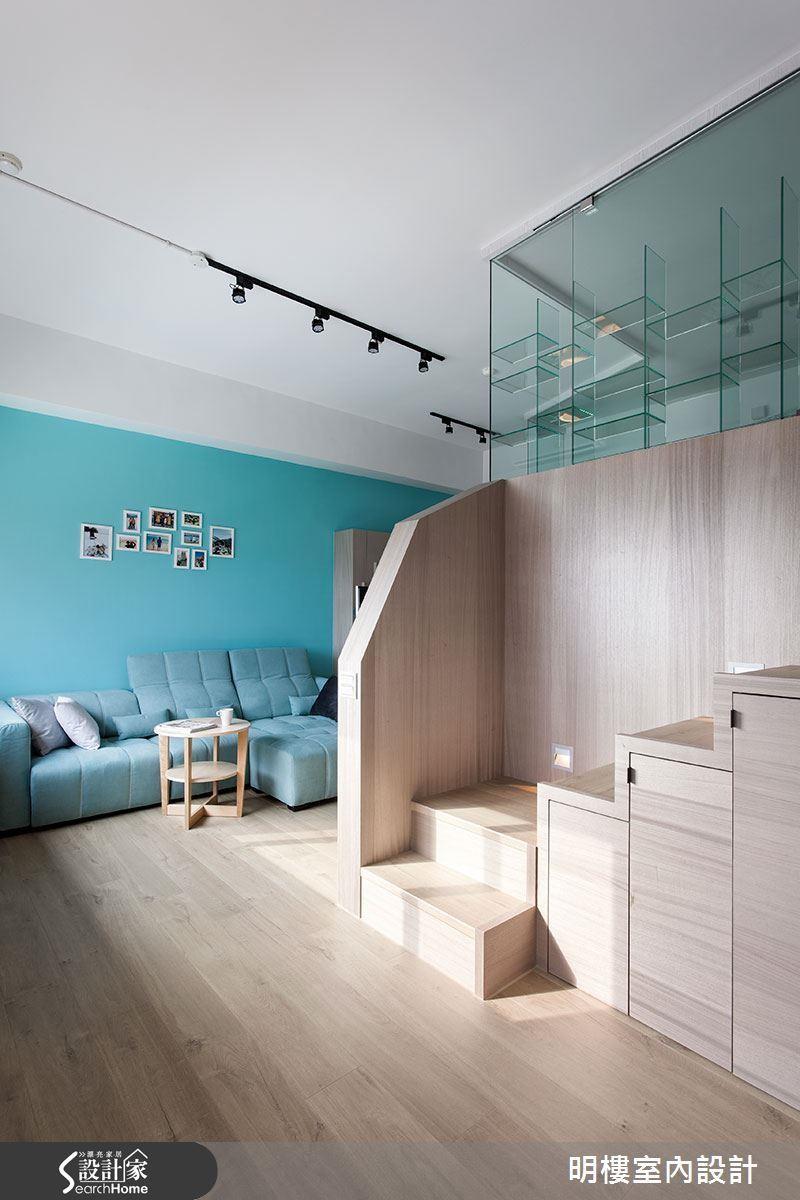 在 17 坪夾層的樓梯下方結合大型櫃體,完整達成收納機能。