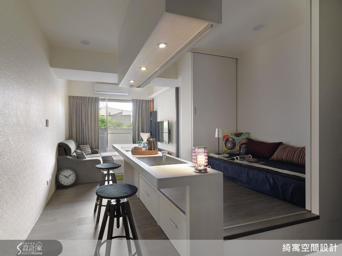 設計師更動格局,將原先臥房獨佔的採光還給客廳,讓公領域清透明亮。