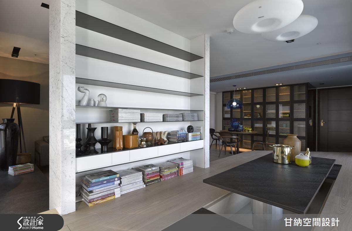 留空的到頂立面牆是吸睛的空間介面,如同畫布一般的留白讓屋主隨經歷收集而來的物品豐富生活。