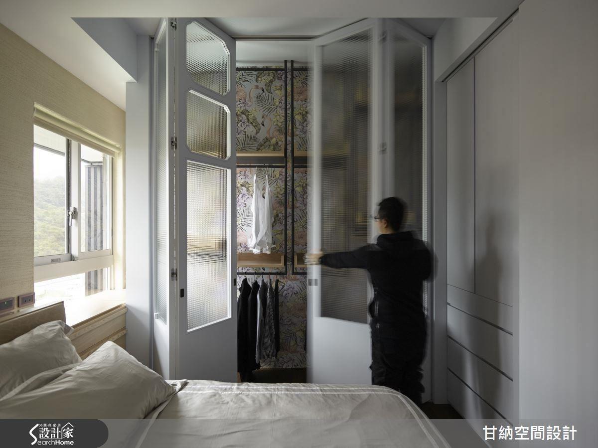 以折門方式展開的衣櫃設計,經由有如儀式性的隆重開闔,無形中也賦予衣物收納的慎重思維。