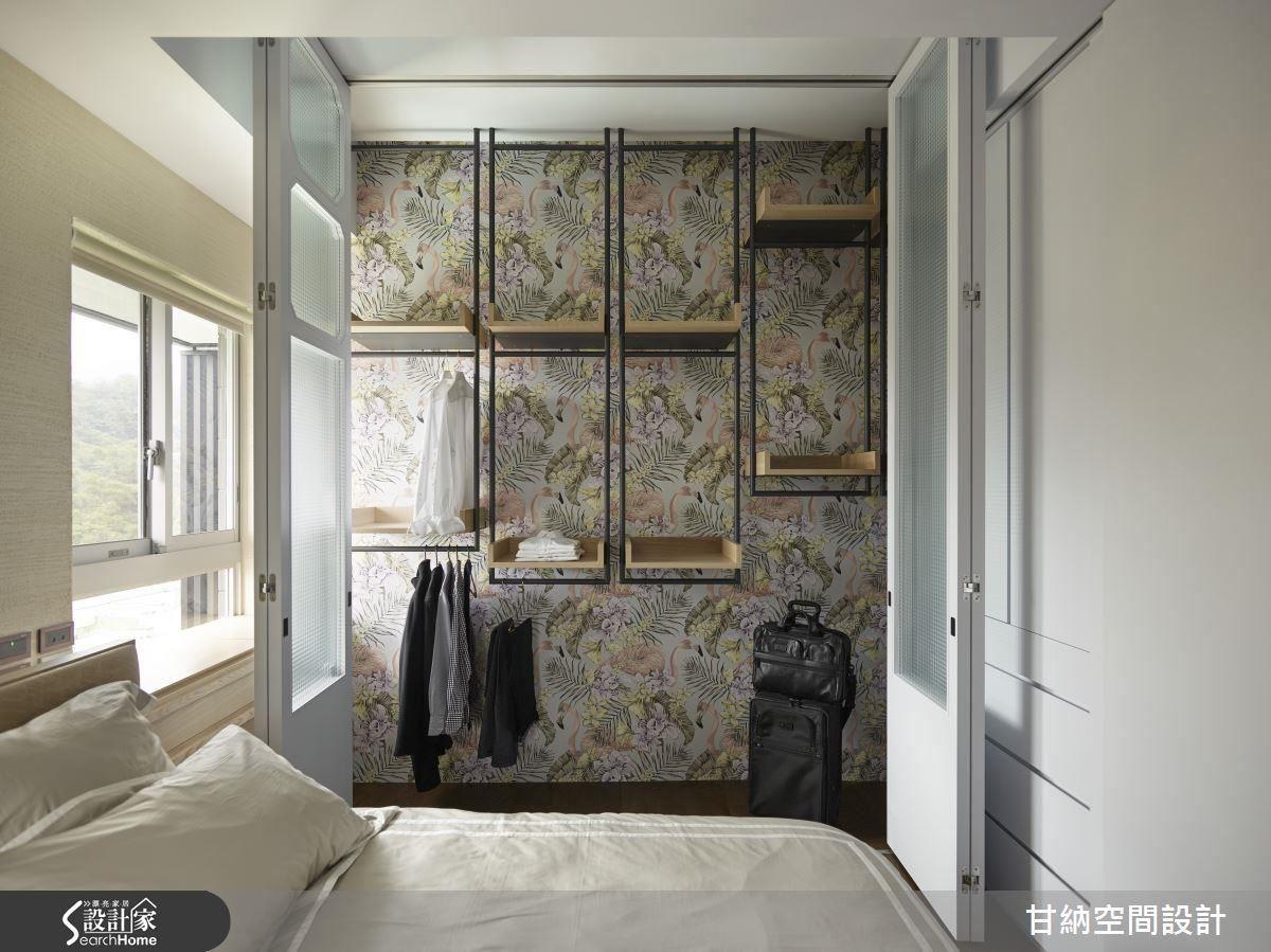 可開闔不收起的衣櫃櫃面,以俏麗的壁紙為襯,蘊含收納不只是藏於櫃內而是可全然展現的巧思,由設計的物質呈現轉化思考層面的意涵。