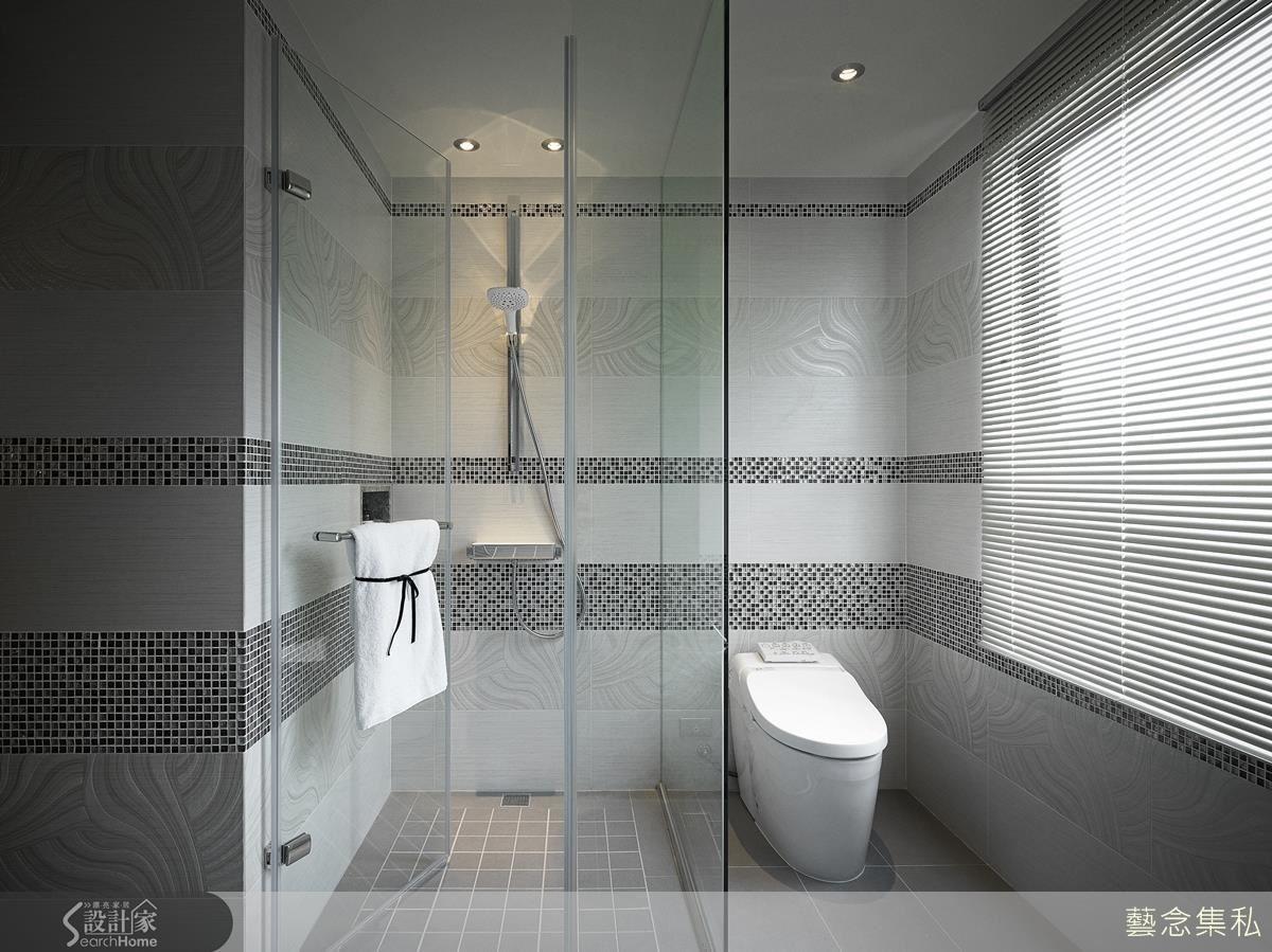 主臥衛浴以小馬賽克拼貼出寬、細色帶搭配典雅磁磚,營造精工細作的精緻休閒氛圍。