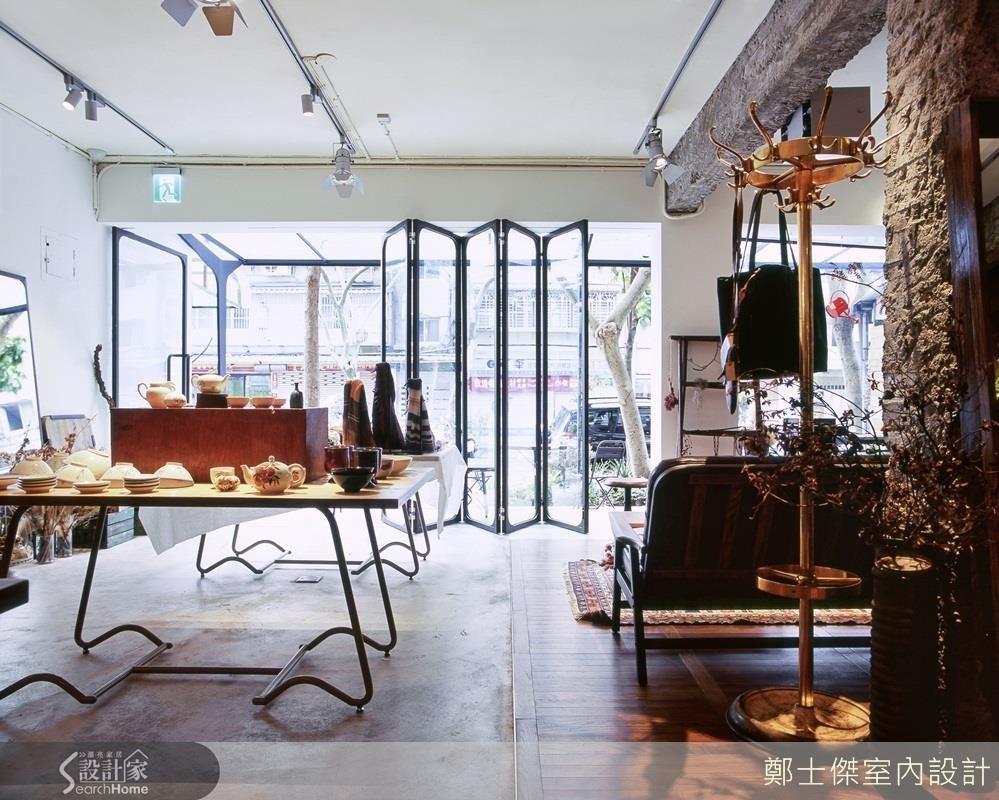 錏板、鐵件等看似堅硬的材質,經過加工改變原有特性,可以彎曲轉折成為最實用的展示層架與桌腳、窗框。