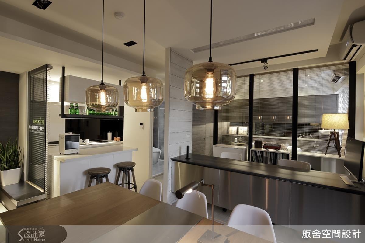 僅 14 坪的空間,設計師同時掌握景深、動線、層次與風格,打造寬敞空間。