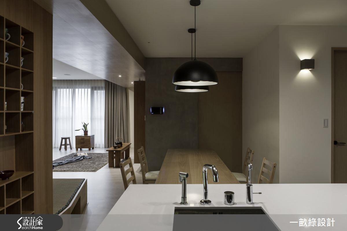 透過適度的格局修改,不但擴大中島餐廚的比例,採光也能進入原本晦暗的空間,讓女屋主最愛的餐廚區變得更明亮。