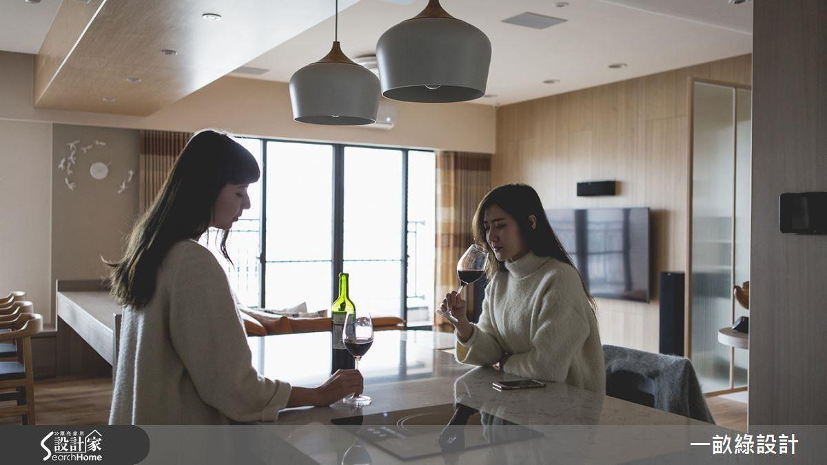 中島吧檯採用賽麗石材質,並嵌入電磁爐,和朋友在這裡品嘗紅酒,或是簡單開伙,做些下酒小菜、火鍋,都非常有質感。