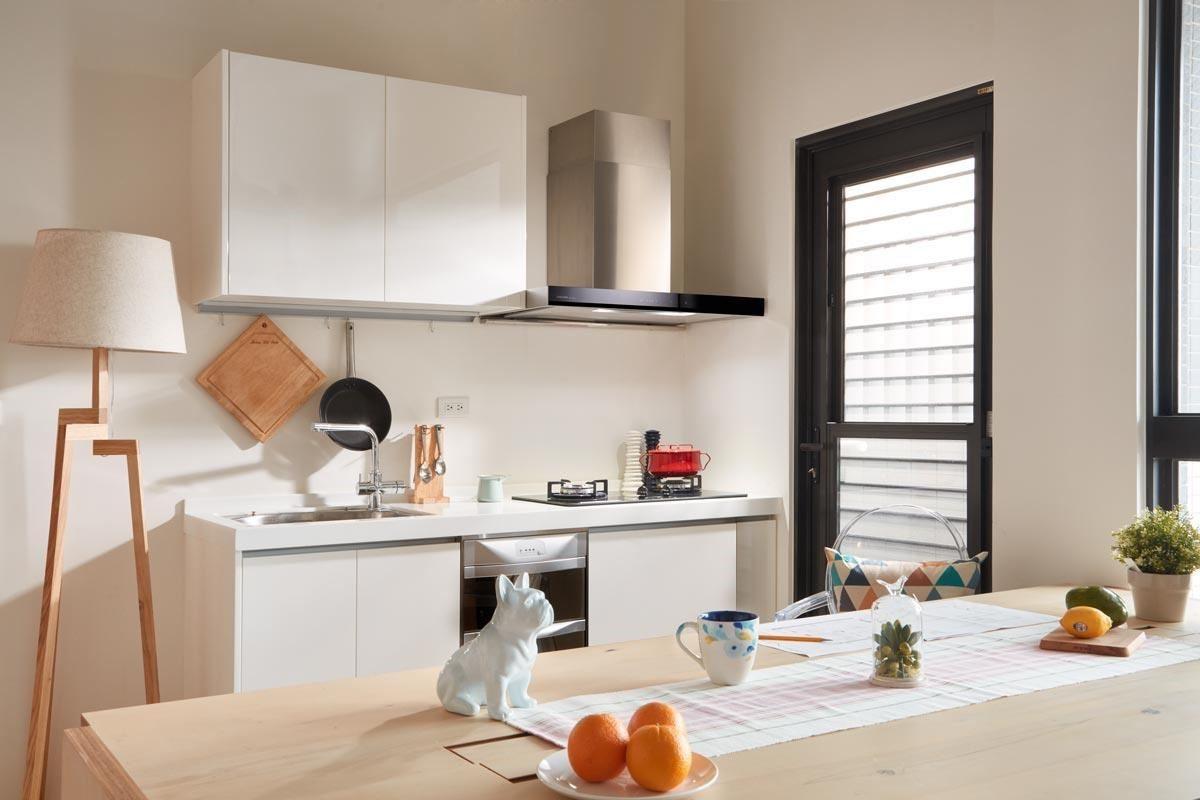 簡潔而充滿現代感的除油煙機造型,顛覆一般的既定印象,讓開放式廚房擁有更完美的整體視覺感。
