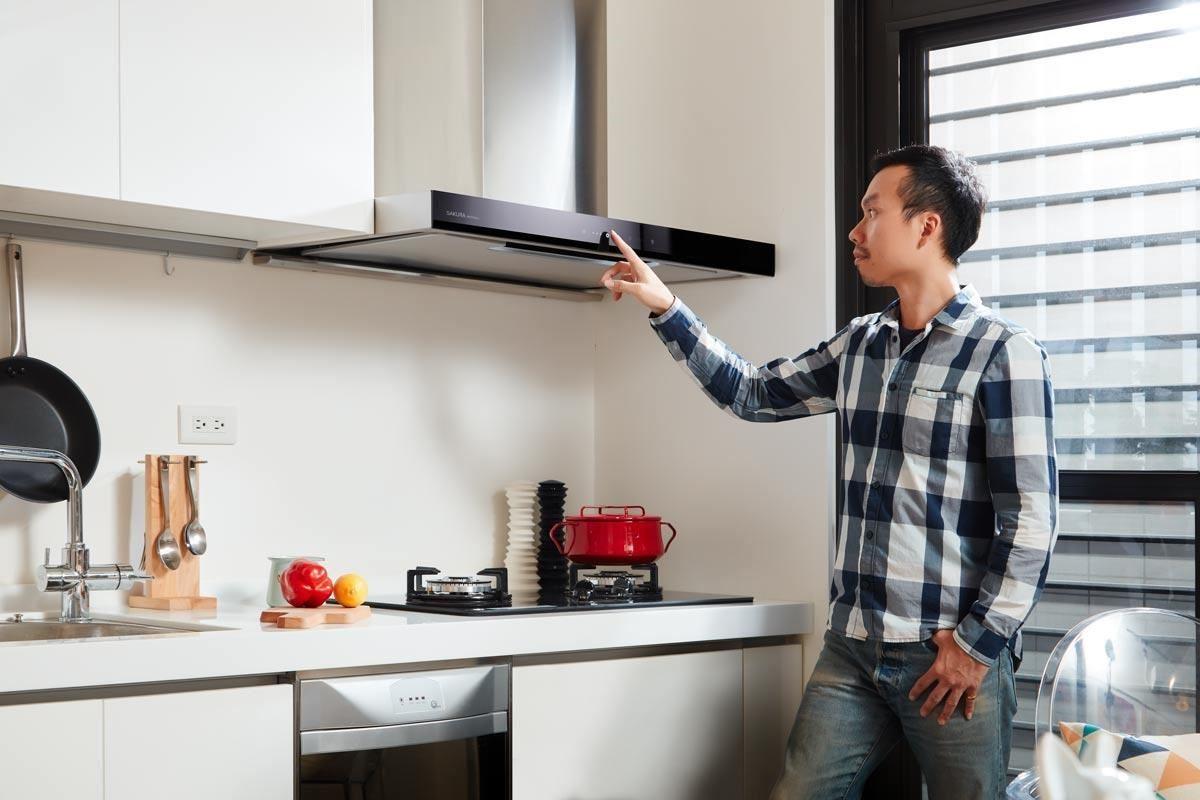 楊崇毅設計師示範 LED 冷光面板操作,讓下廚料理的時光更具有優雅的姿態。