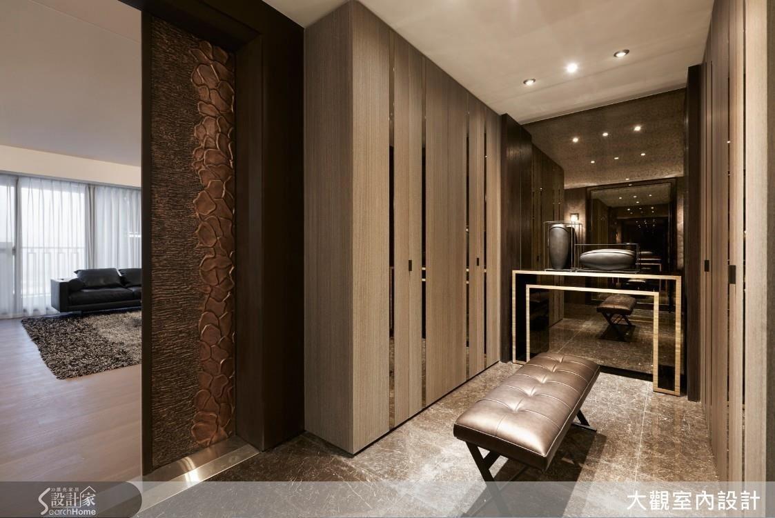 玄關設置座位和鏡面,全家大小出門前可以優雅舒適的再次檢查儀容,邀請來訪的客人也有充足的收納空間。