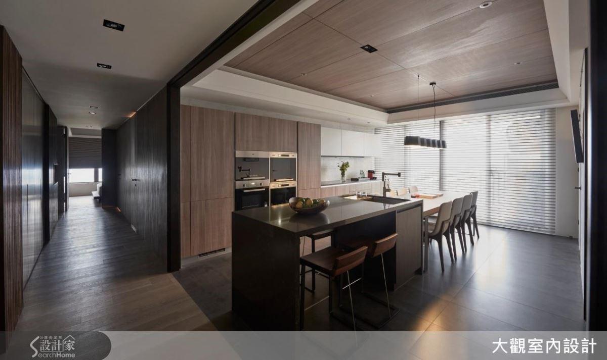 同樣是家中採光度高的區域,設計師為一家六口,打造一個讓家人們可邊烹飪邊聊天,一起用餐的高機能廚房。