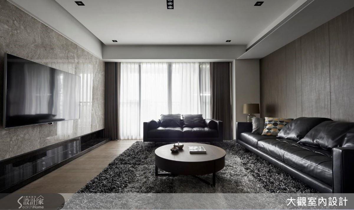 大片落地窗讓木質和石材牆面的穩重多了明度,大器的皮製沙發搭配灰色柔軟地毯,讓空間個性中又有一股剛柔並濟的和諧感。
