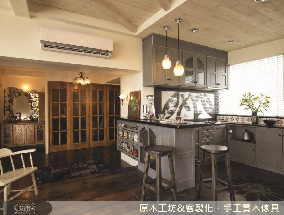 開放式的廚房,少見的以低彩度的霧面灰為主調,引入大量光源的窗檯與小花磚,為沉穩的灰帶來平衡。流理檯的中段以造型的木質雕花,以玻璃作為屏障,好看又好清理。從流理檯、吧檯,一路延伸到蒐藏展示架,同樣的視覺範圍,卻有截然不同的使用功能。優雅又高質感的廚房設計還成為偶像劇:我可能不會愛你的拍攝場景。