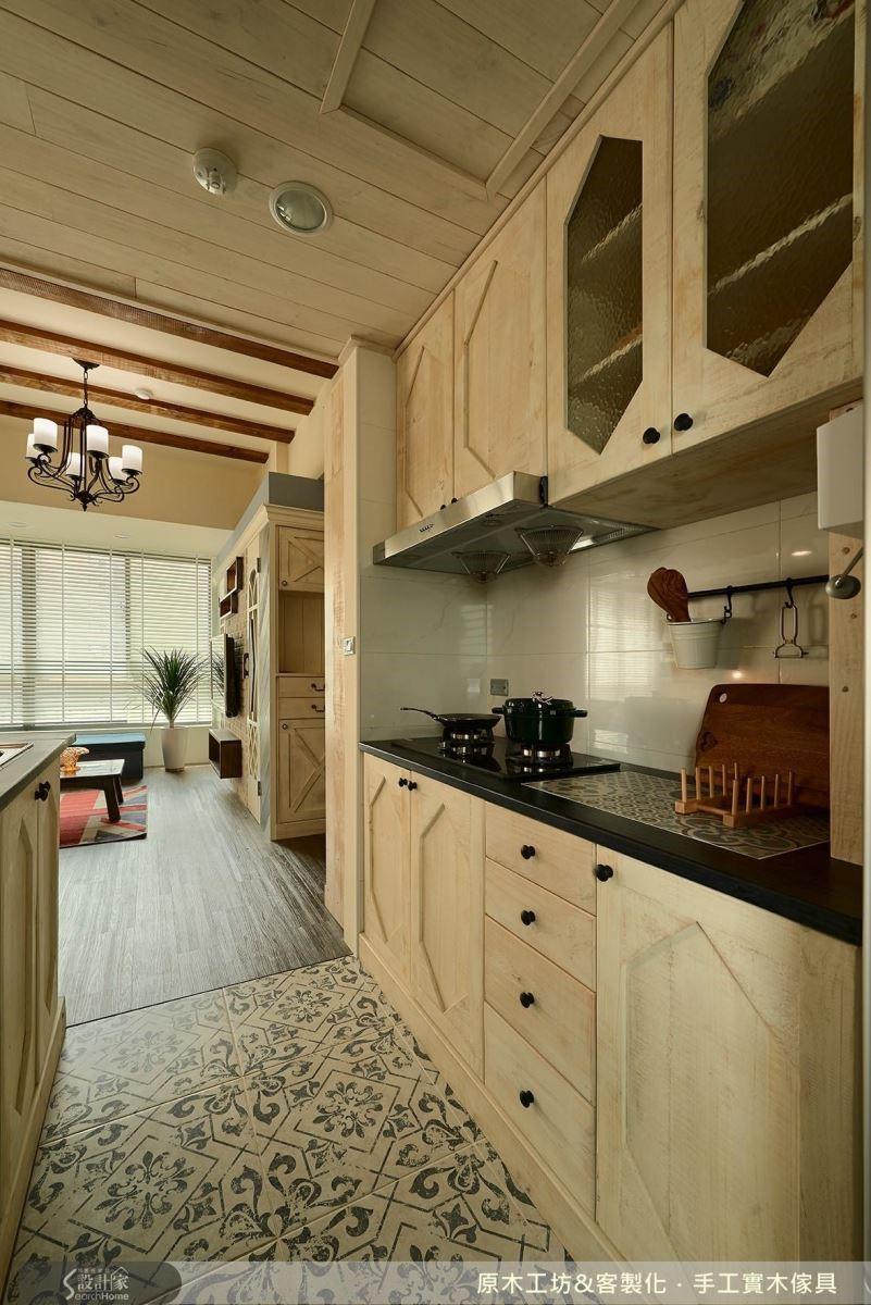 刷舊的白,凸顯南歐鄉村風格的概念.因為房子不大,以明亮的木色放大空間,木樑增加視覺的延伸;廚房的淺花色地板和流理檯的花磚相互呼應,彷彿置身南歐風情。