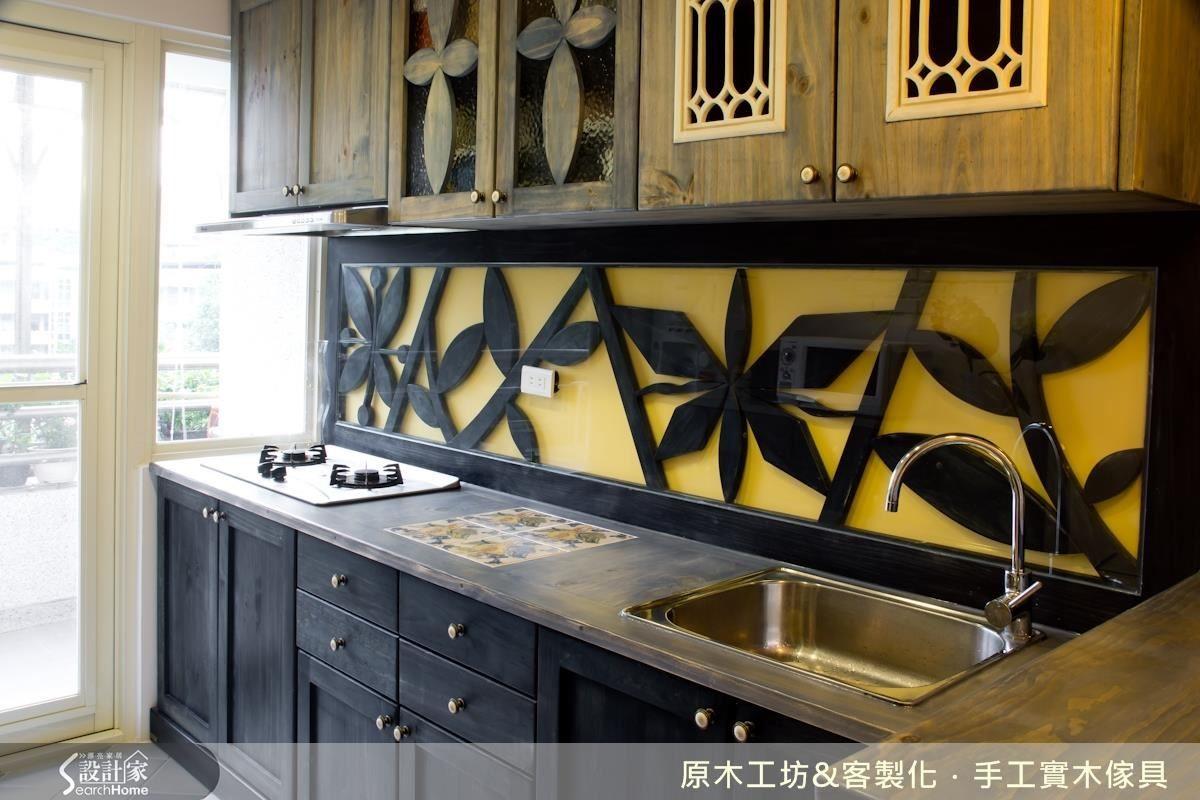 一字型廚房,櫃體顏色的選擇上採上淺下深降低壓迫感,轉角吧檯增加功能性,吧檯雙面櫃設計,對內與對外的開口各一,對內設置電器擺放櫃;對外則符合屋主喜歡泡茶與咖啡的習慣,做半透明的置物櫃。由於廚房間距不大,用橘色系的花磚增加活潑、明亮的感覺,再利用對比色的漸層藍色木質牆面作為餐廚空間的轉場,巧思滿分。