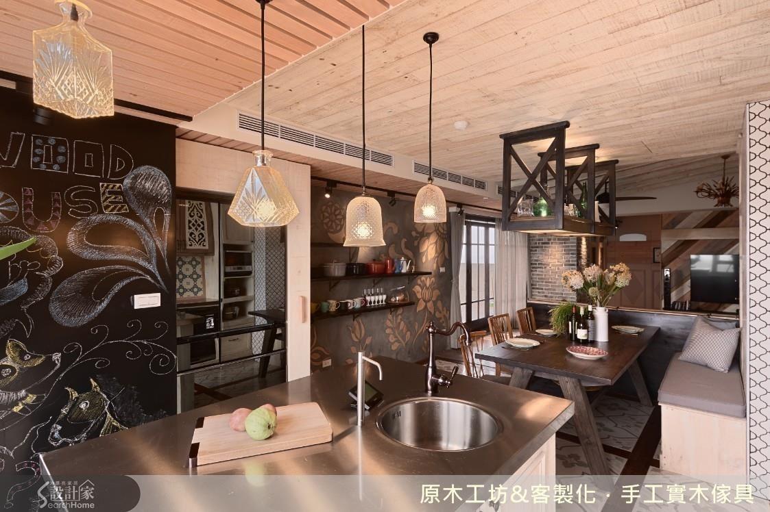 以清水模概念的牆面嵌入木質雕花,工藝細緻,為餐廳植入一番別具生氣的背景。另一面黑板,可塗鴉、可記事、可創作,更具功能性。