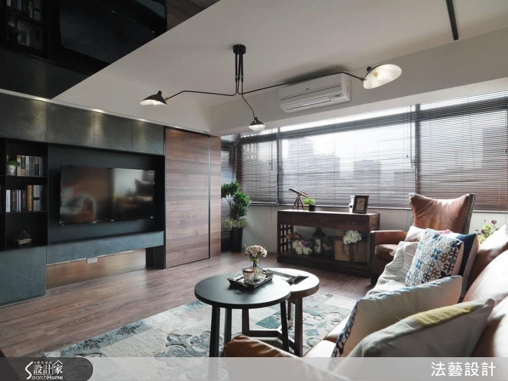回應屋主對於石材的喜好,電視牆選擇以天然薄片石材貼飾,結合黑鐵框架以及胡桃木的色調,建構出沉穩大器的質感,同時將門片與牆面整合,釋放出小坪數的最大尺度。