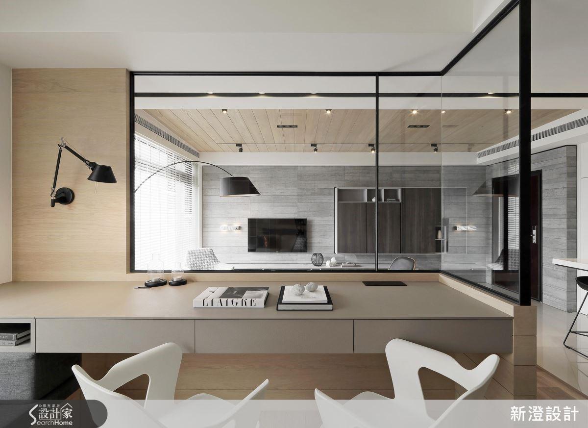 屋高條件足夠,設計師以有斜角度的天花,增加客廳變化的趣味性; 客廳以黑灰白等色彩營造年輕時尚氛圍,再以木材質調和暖度,為家有幼童的屋主作貼心考量。