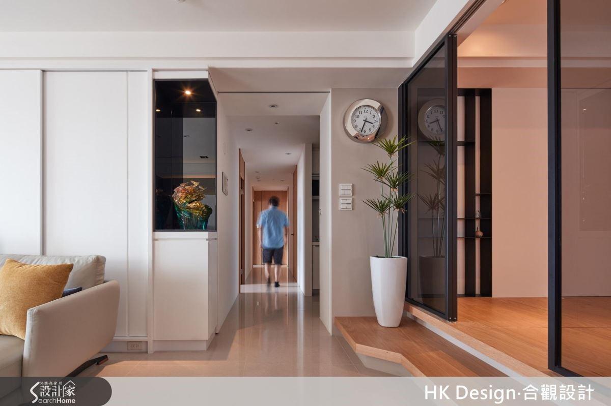 居宅呈現簡約有型的天花線條、敞闊舒適的廳區格局,俐落而有型;廊道規劃滑門予以開放或隱藏,替公私領域做出完好分界。