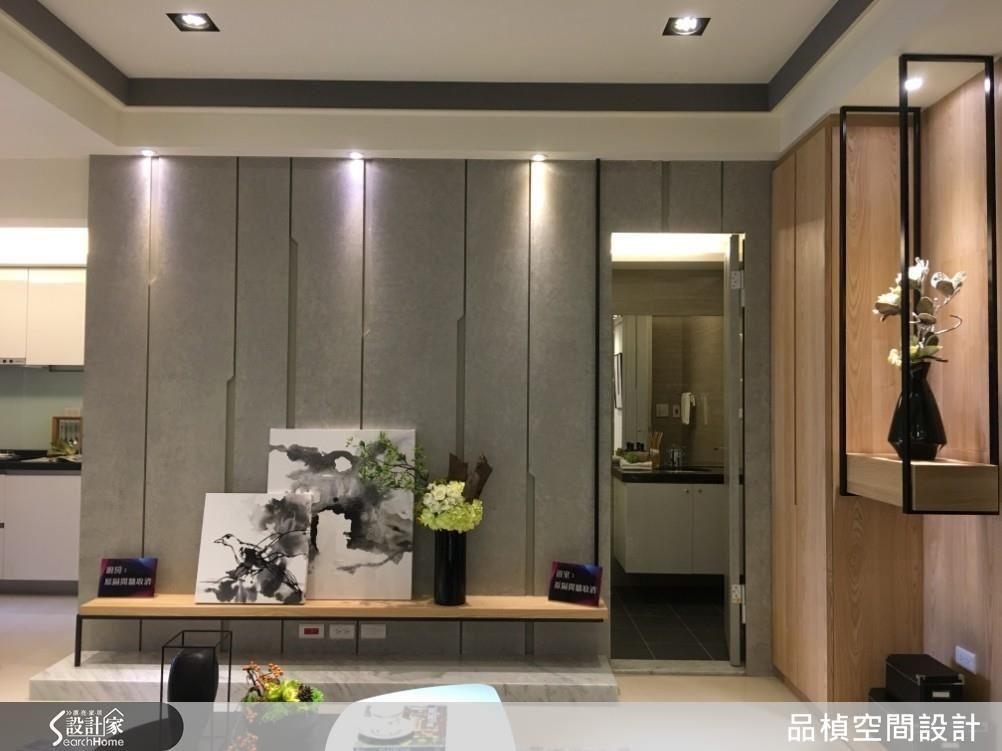 公領域客廳,挪動衛浴開門位置,換出完整電視主牆,整塑完整空間場域。