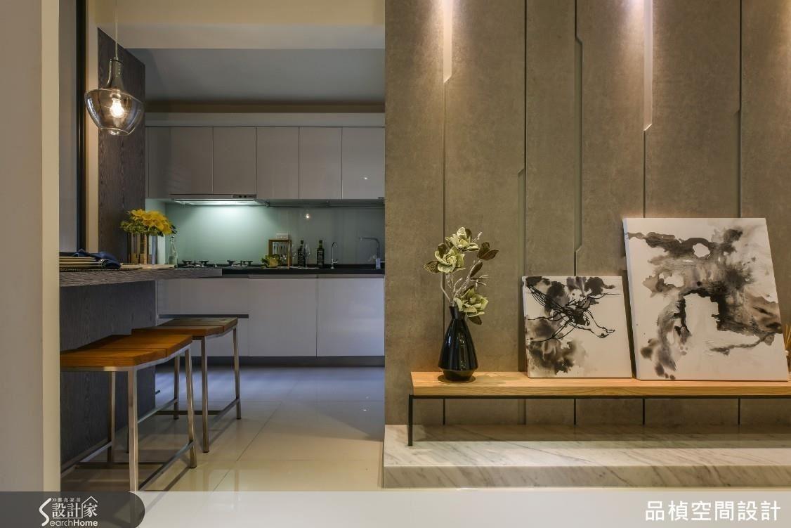 廚房在格局整化後利用畸零空間建置機能完整的電器櫃,吧檯開窗窗景是客房的隔間牆,更是光線幻化的一隅。