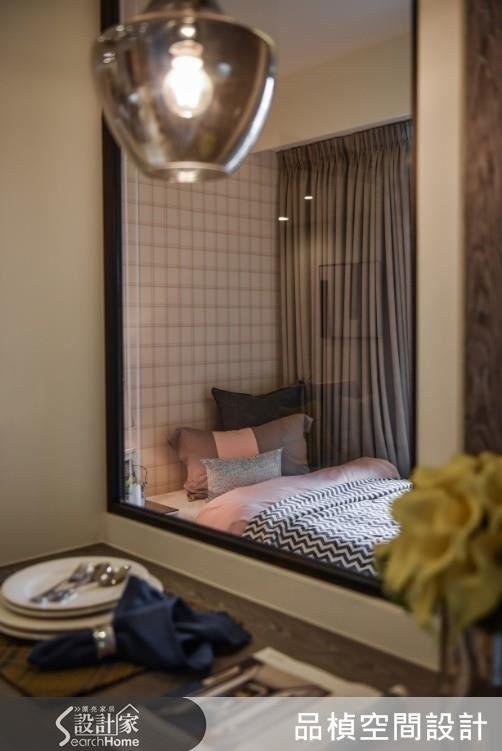 客房以細鐵框與長虹玻璃結合建構拉門,分享空間唯一採光同時具有隱私性。