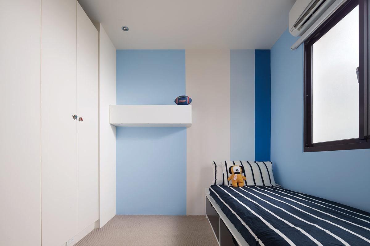 弟弟房間利用舒活療癒風格並以藍色為主色,透過不同色階及比例的藍色組合,讓整個房間更顯活力。利用顏色搭配創造的五大風格,正好符合不同時期小朋友喜好及不同需求,「得利塗料臻彩淨粹乳膠漆」,施工完沒有刺鼻味道,馬上就能正常生活。