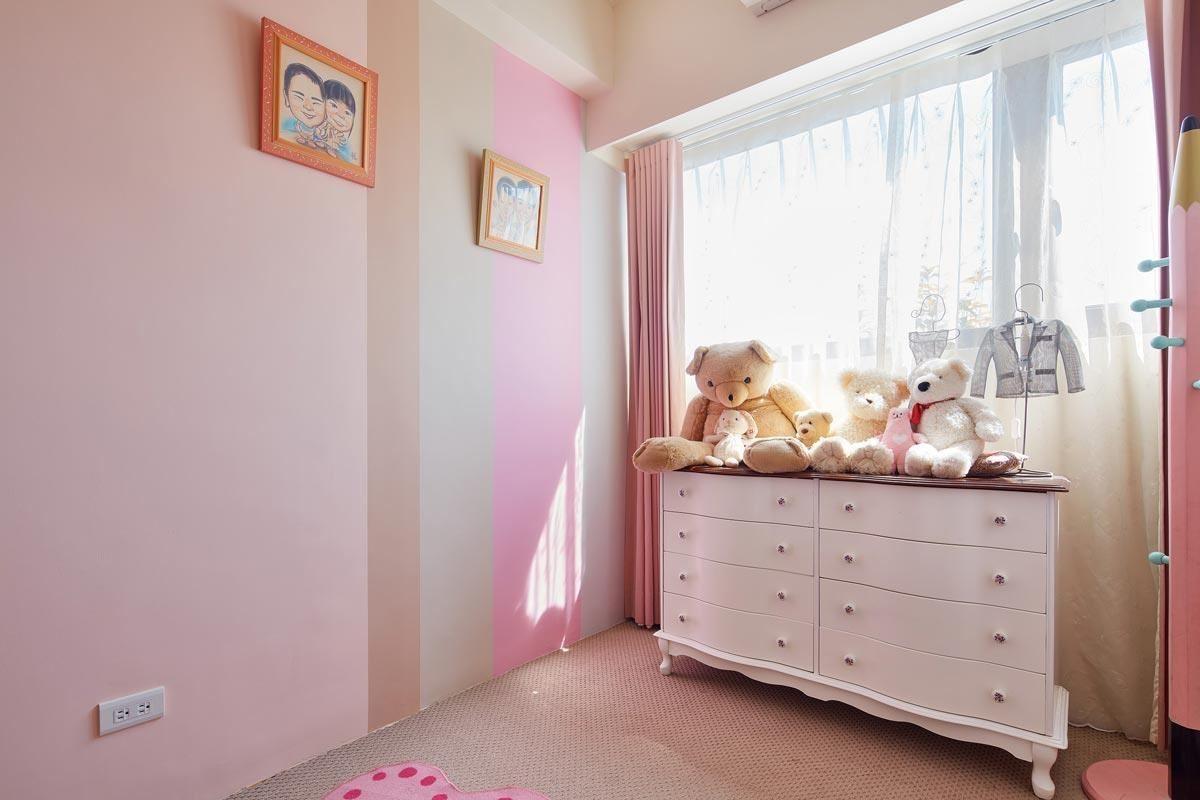 原本姊姊房間為白色及粉紅配色粉嫩公主風,小女生因為漸漸長大,選擇永恆優雅的粉橘色為主色,空間感覺比較優雅,也比較休閒舒適!