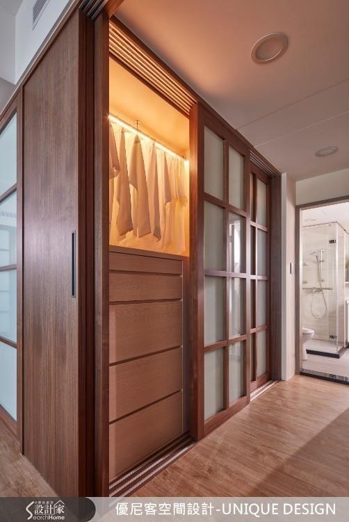 有除濕棒功能的LED燈吊衣桿,兼顧除濕、照明功能,讓衣櫥維持適當濕度。