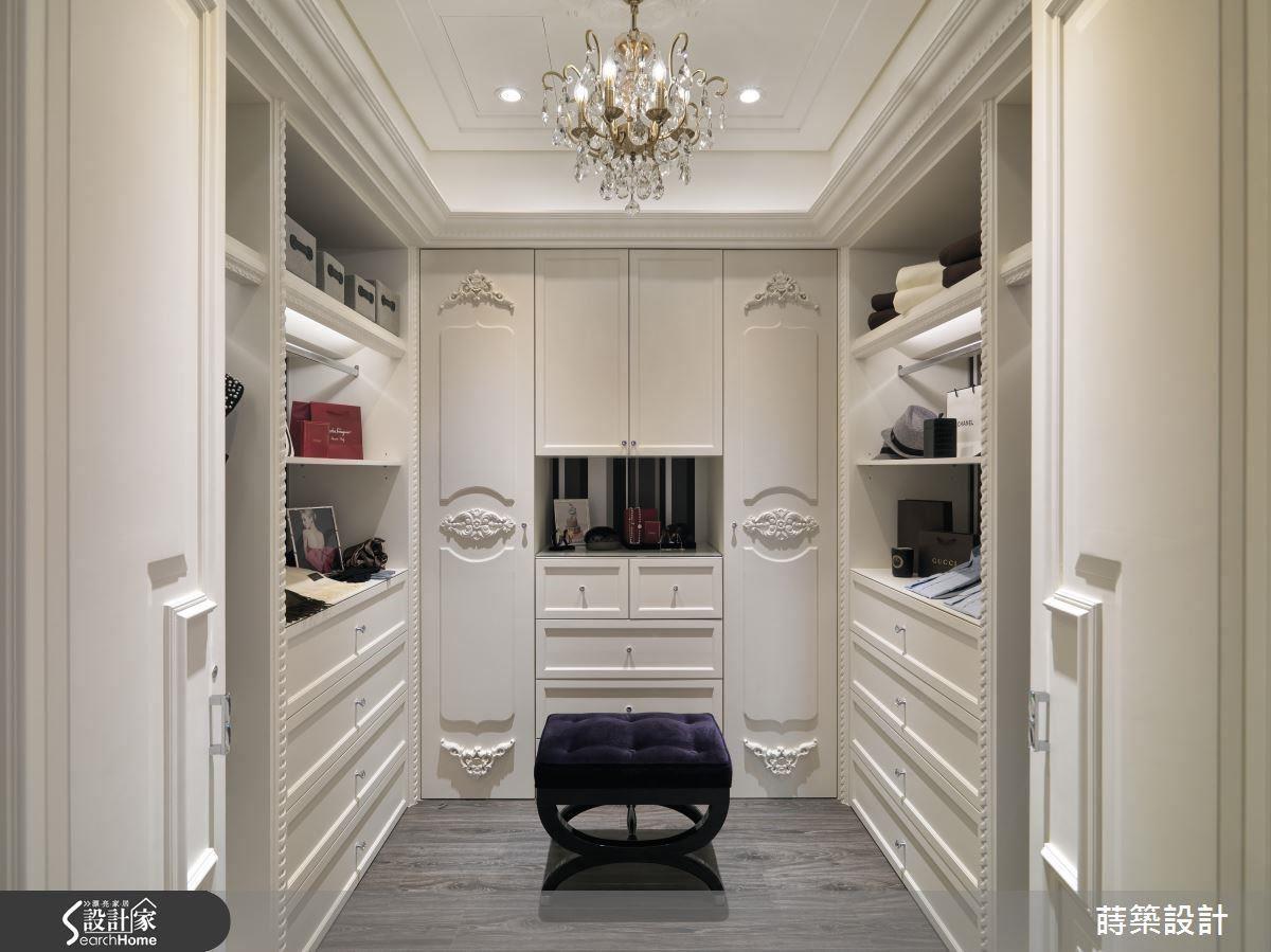 對開門的設計顯得大器,門上與玄關櫃有異曲同工之妙的浮雕裝飾。
