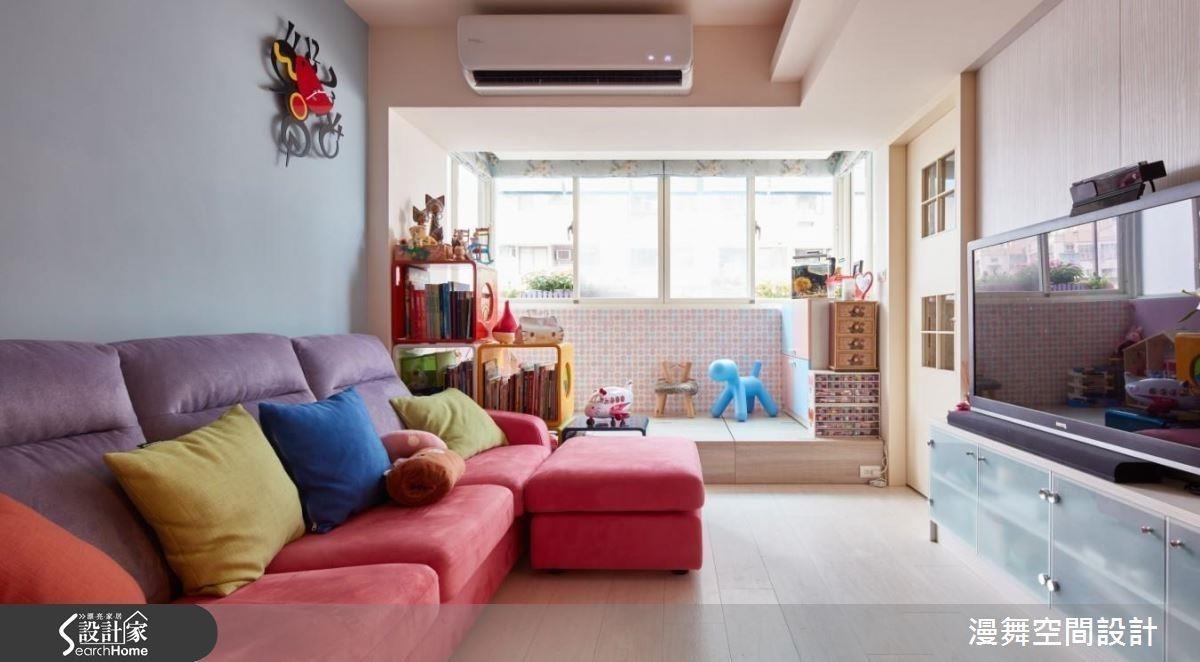 設計師為家人設計雙面櫃,更在地坪下方增加上掀式收納,增加雙倍置物機能!