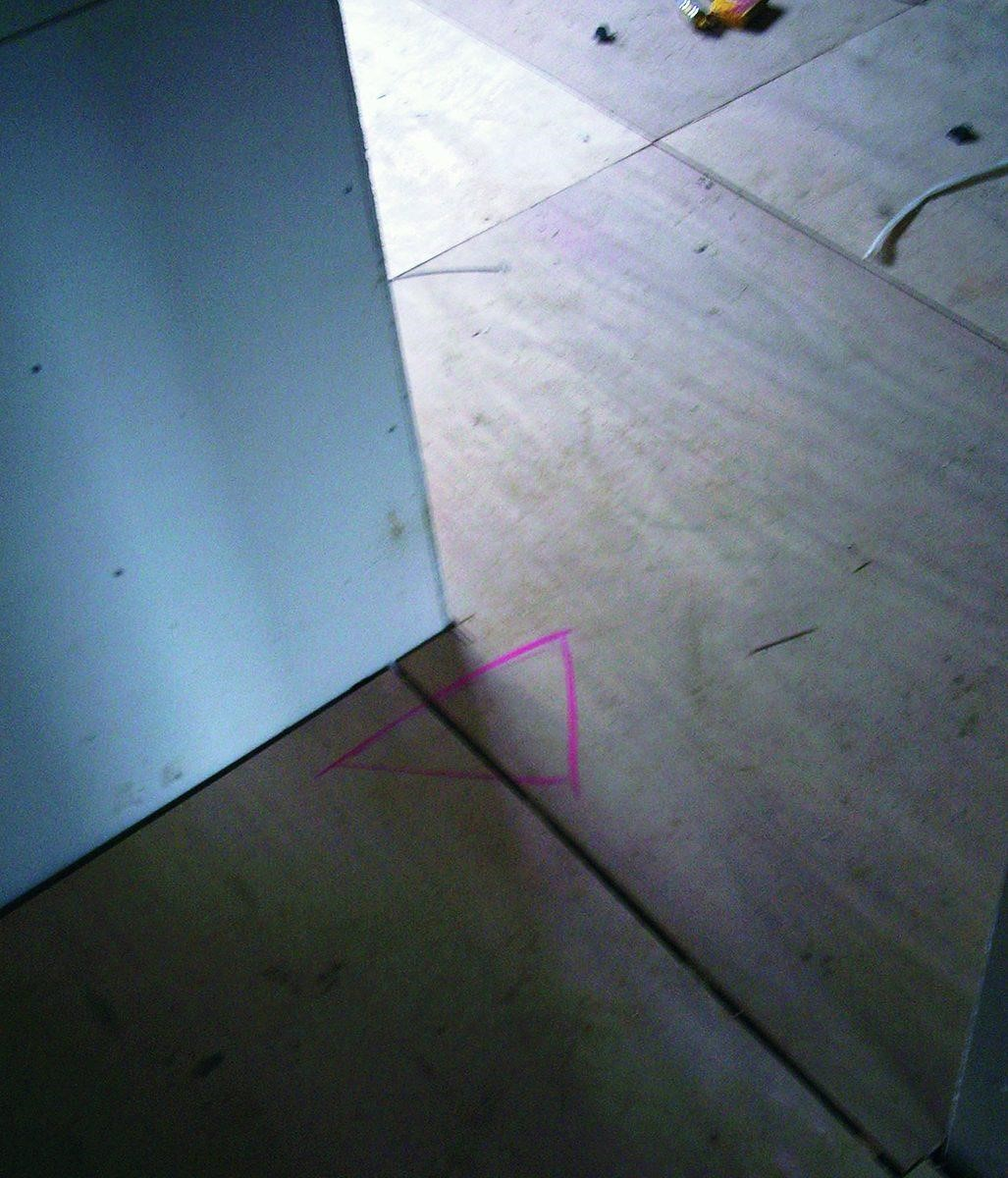 木地板施作完,先試著走走看,如果會有出現聲音則需重新校正。 圖片提供_漂亮家居麥浩斯