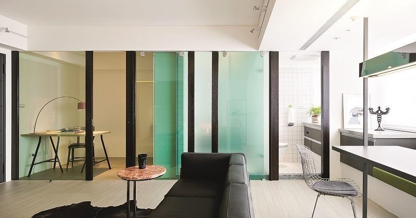 圖1_側邊的書房與衛浴以一體成面概念設計的木作綠色玻璃隔間,創造空間通透感,讓整體空間更加寬敞。 圖片提供_奇逸空間設計