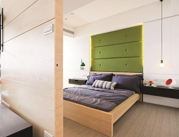 圖3_將主臥往客廳擴大,並局部以玻璃做為隔間延伸空間感,主臥角落進入後陽台的過道,則規劃為小更衣室,以玻璃拉門為門片,減少壓迫感。 圖片提供_奇逸空間設計