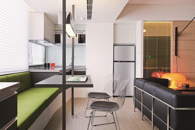 圖5_把原來位在客廳最邊角的廚房,挪移至另一頭緊臨主臥壁面,連結小L形廚具,設計師設計了兼具臥榻及沙發功能的餐椅,及由鐵件組成的造型餐桌,串連開放式客廳,兼顧了空間及設計感。 圖片提供_奇逸空間設計
