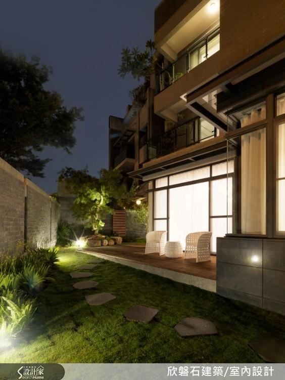 獨棟別墅以簡約設計細琢工藝型塑滿足生活的機能,師以自然材質,徜徉抒放的斯文奢華氛圍。