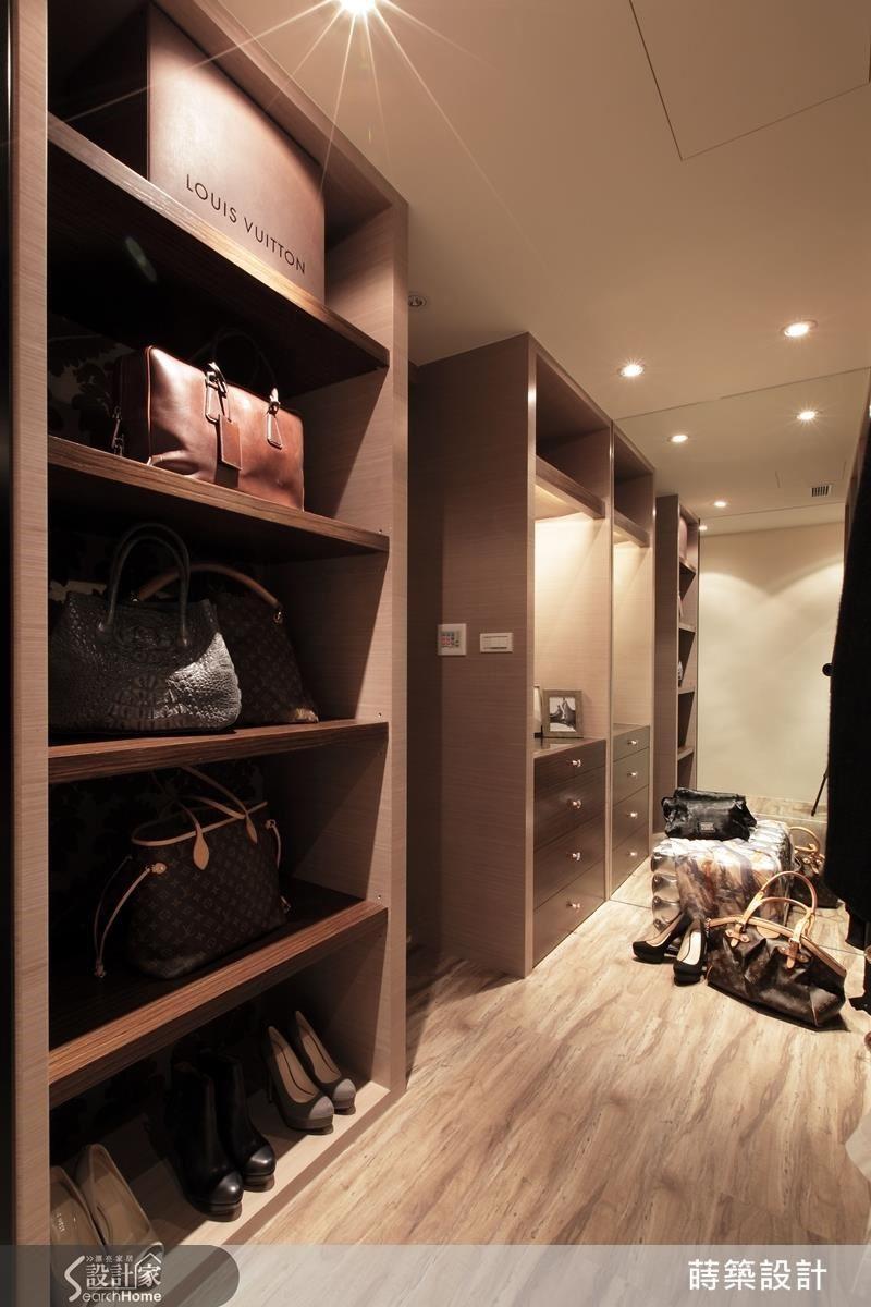 床尾利用另一個小房間做出更衣室,收納機能強大,同時把原本的主臥衛浴開口隱藏在衣櫃中間,而且牆面貼上鏡子,製造出超大更衣空間的視覺效果。
