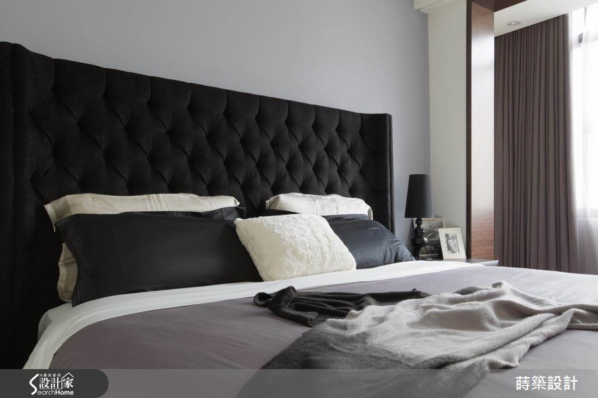 主臥與客廳一樣做出門框,其實是要把一半的後陽台納入範圍內,靠在舒服的床頭繃布背板上享受每天晨光,非常愜意。