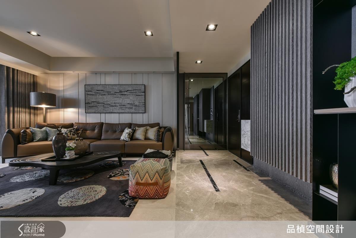玄關迎賓廊道,灰鏡搭配鍍鈦金品的低調華麗,展現豪宅會館的氣度。