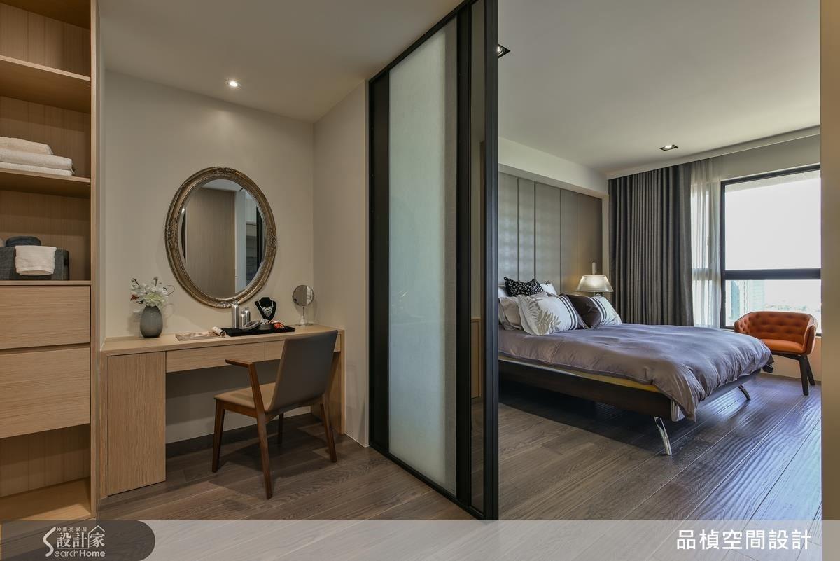 主臥室茶玻夾紗玻璃設計,立面以混搭材質呈現,空間透視感中增添不同材質所帶來的豐富樣貌。