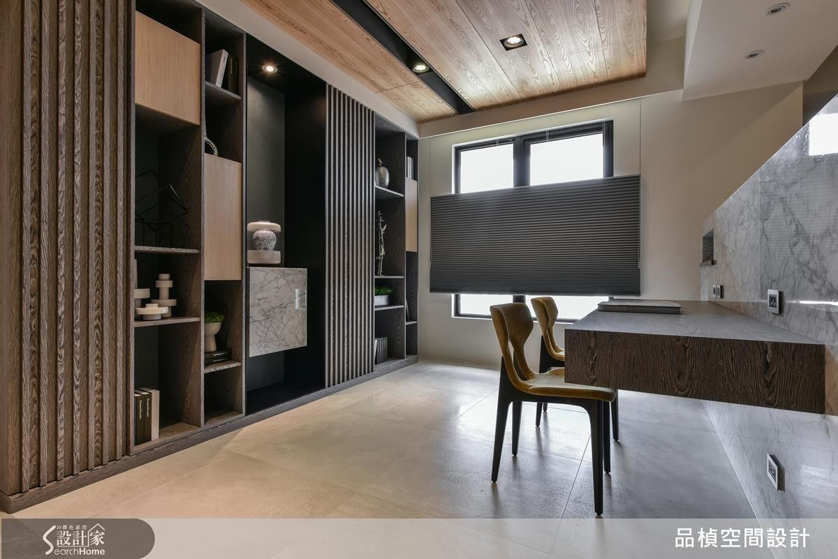 卡拉拉大理石電視牆,搭配木紋書櫃,自然材質彷若華美的空間,令人視覺放鬆的窗景。