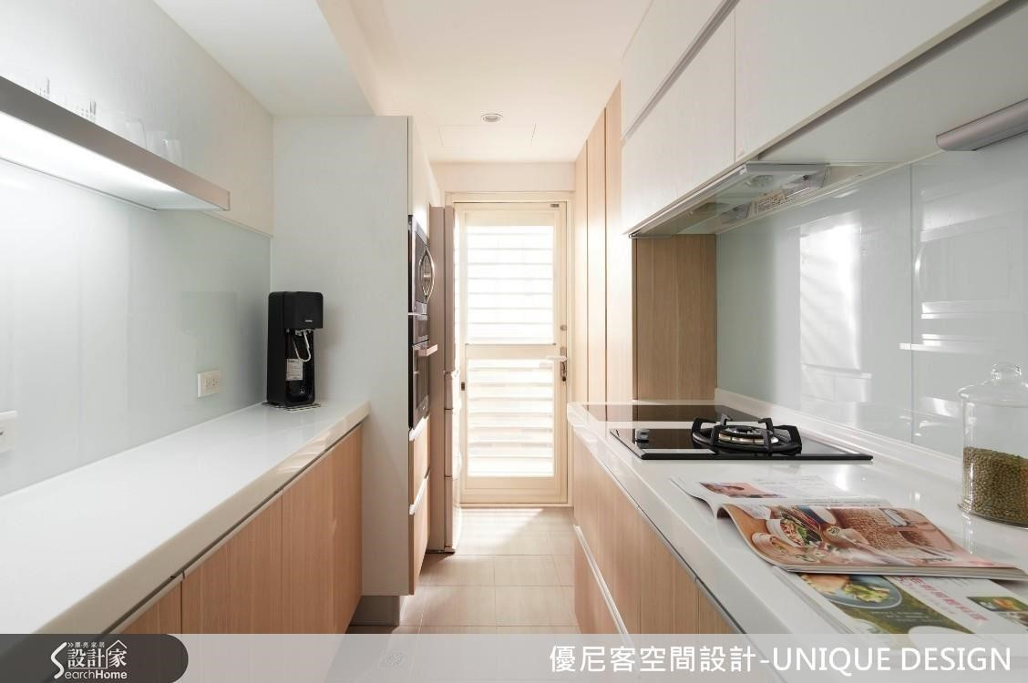 縮減部分臥房空間,拓增狹窄的一字型廚房,並給予雙排櫃體的收納坪效。