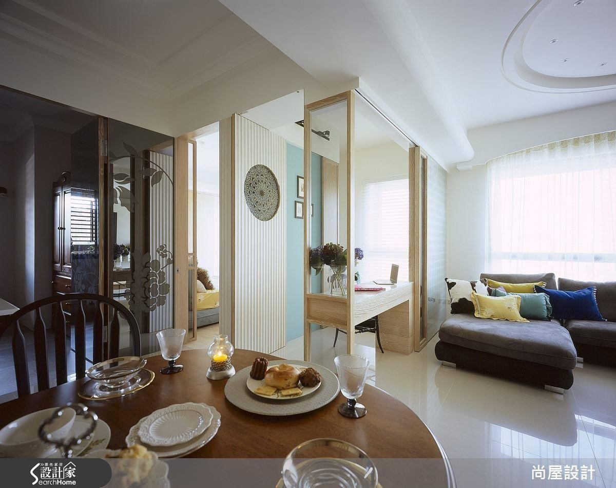 針對原先坪數過小的客廳,將牆面後推並利用玻璃材質創造半開放書房,創造通透感受,更達放大效果。