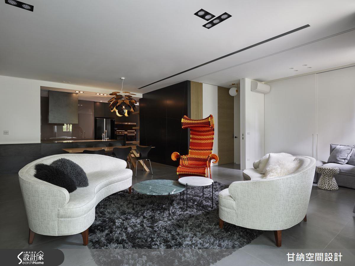 當牆面位於左側,便可有效拓增客廳空間,更取代餐櫃成為空間端景。