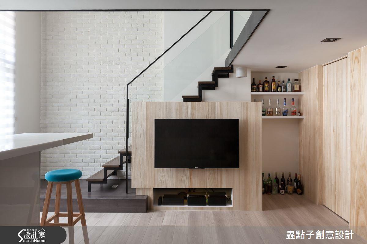 另外,重整樓梯動線收整於牆面,並巧妙利用梯間規劃收納機能,也是維持寬敞的良方。
